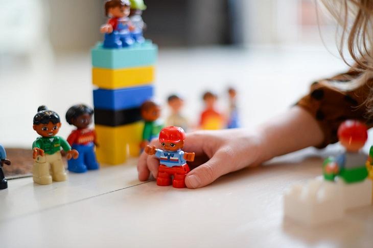 חיזוק קשר עם ילדים: ילדה משחקת בפלמובייל ובלגו