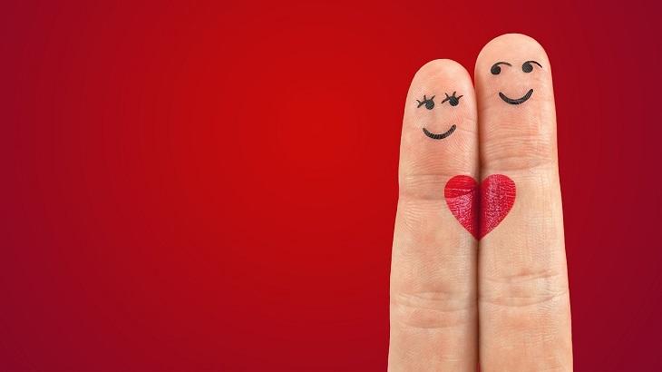 פעולות שצריך לעשות כדי להגיע לאושר: זוג אצבעות שעליהן ציור של לב