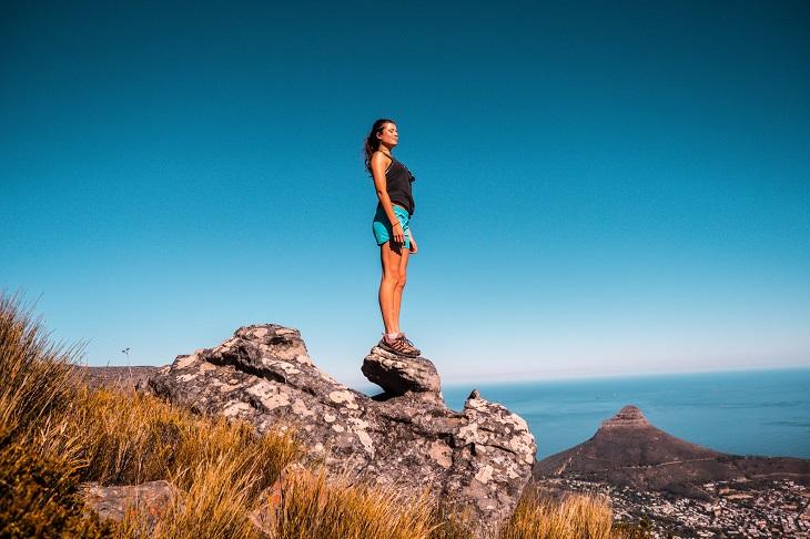 יעדים מומלצים בדרום אפריקה: אישה צעירה במדבר
