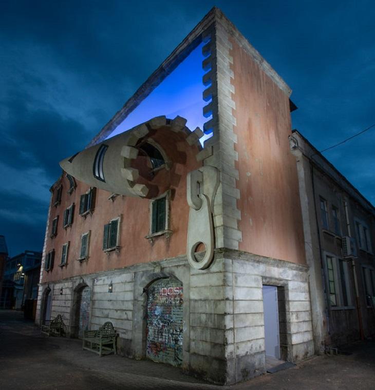 """מבנים מיוחדים: חזית של בית ש""""נפתחת"""" עם רוכסן, בערב"""