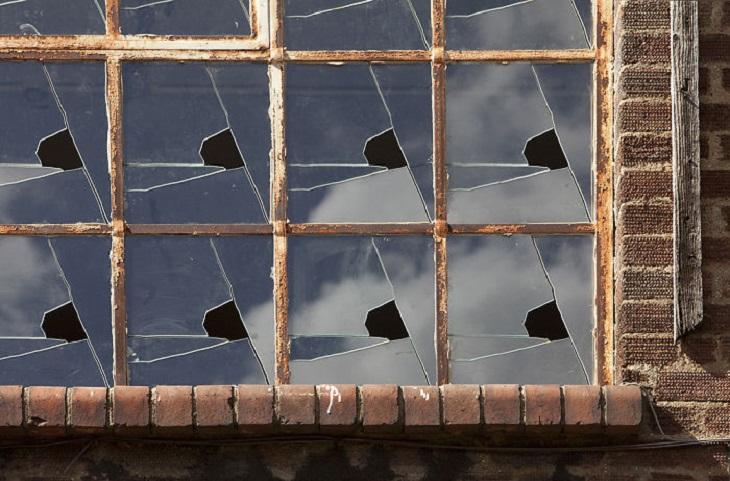 מבנים מיוחדים: חלון עם זכוכיות ששבורות באותו אופן