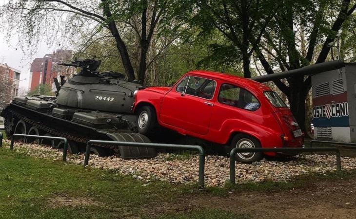 פסלים עם סיפורים: מכונית הפיאט האדומה האמיצה