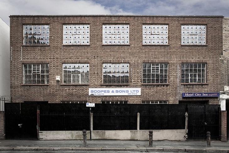 מבנים מיוחדים: חזית של בניין עם חלונות ששבורים באותו אופן