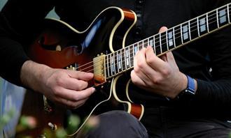 מצא את ההבדלים: איש מנגן על גיטרה