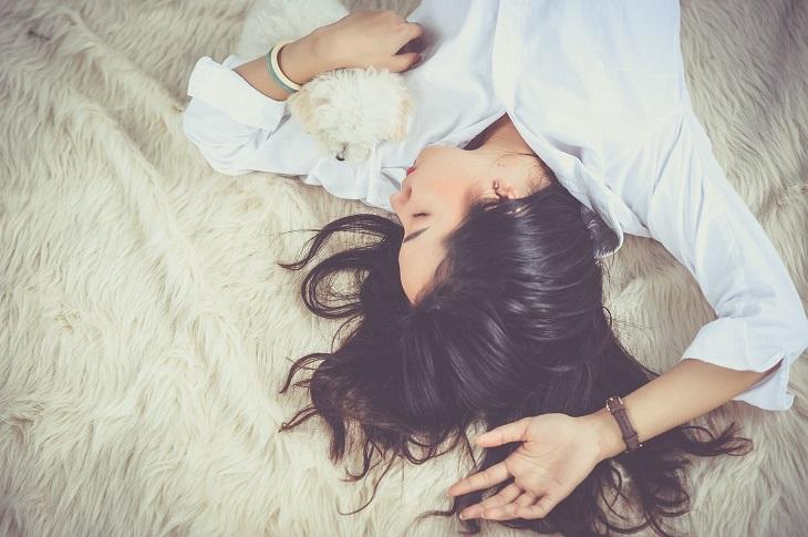 תוספי מזון טבעיים: בחורה ישנה מחובקת עם כלב