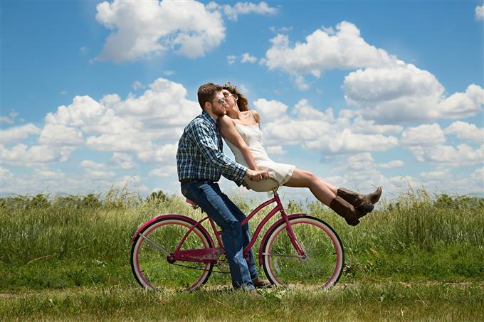 בחן את עצמך: זוג רוכב על אופניים