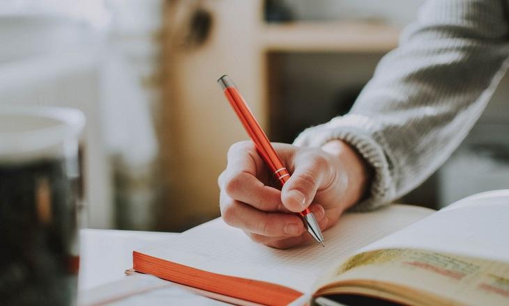 ברכה משעשעת לגיל 80: כתיבה בספר