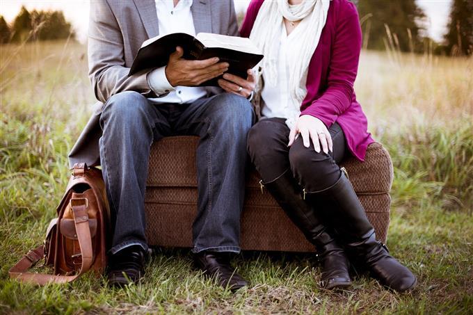 בחן את עצמך: זוג קורא ספר