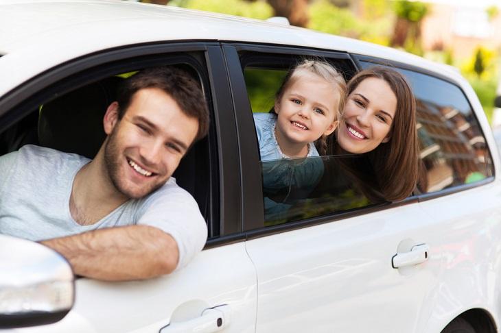 הלוואה לכל מטרה: משפחה מאושרת במכונית