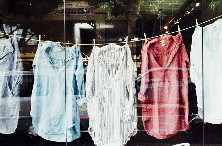 ניקוי כתמי דיו: בגדים תלויים על חבל כביסה
