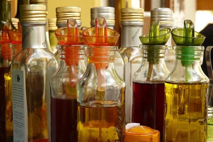 ניקוי כתמי דיו: בקבוקים של חומץ