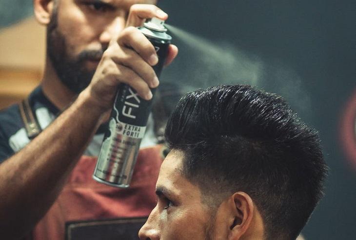 ניקוי כתמי דיו: אדם משתמש בתרסיס לשיער