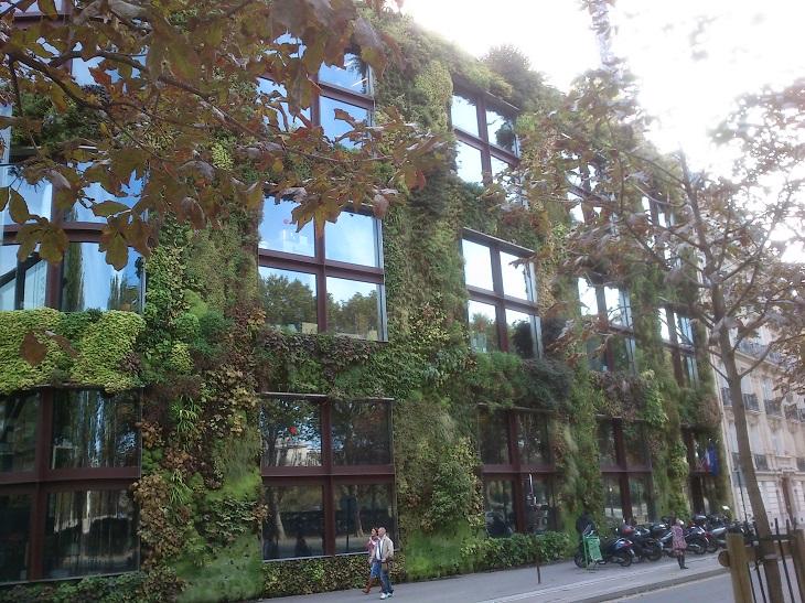 המוזיאונים המיוחדים בפריז: מוזיאון קה ברנלי מבחוץ