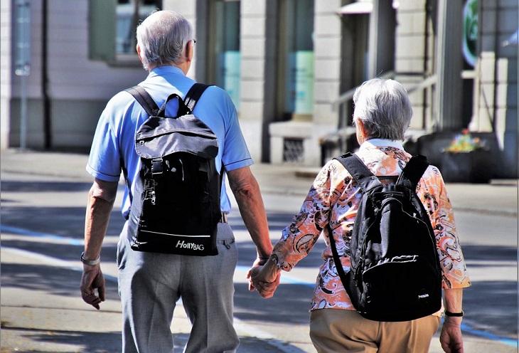 עצות לזוגיות ארוכה: זוג מבוגר אוחז ידיים ברחוב