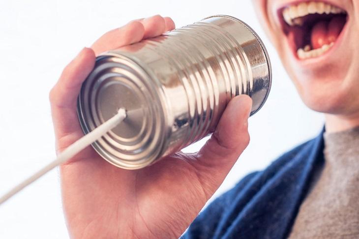 עצות לזוגיות ארוכה: אדם מדבר דרך פחית עם חוט