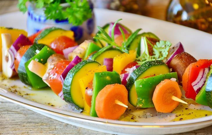 מה קורה אם לא אוכלים מספיק פירות: ירקות בשיפודים