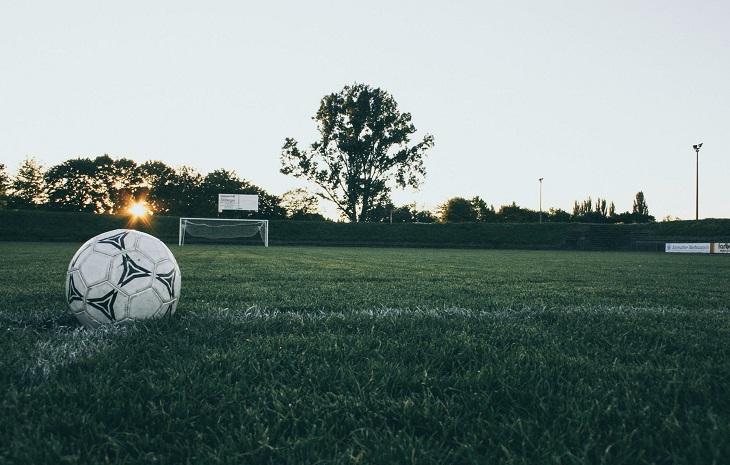 עצות לזוגיות ארוכה: כדור של כדורגל במגרש