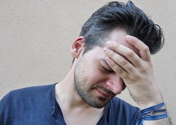סיבות לכאבי ראש: גבר צעיר עם כאב ראש