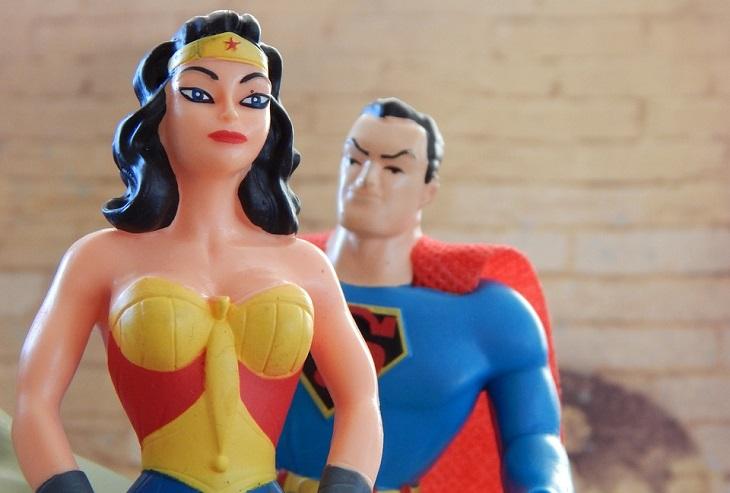 אנשים חזקים שמתמודדים עם קשיים: בובות של סופרמן וונדרוומן