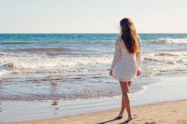 תועלות בריאותיות של משמשים: אישה בים