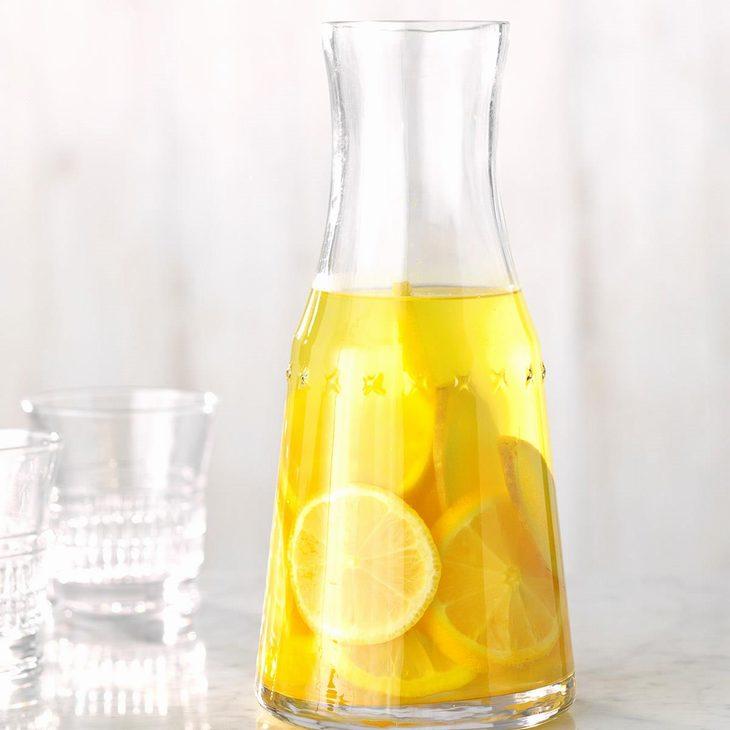 מים בטעמים שאפשר להכין בבית: מי ג'ינג'ר, לימון וכורכום בקנקן