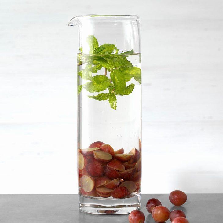 מים בטעמים שאפשר להכין בבית: מי ענבים ונענע בקנקן