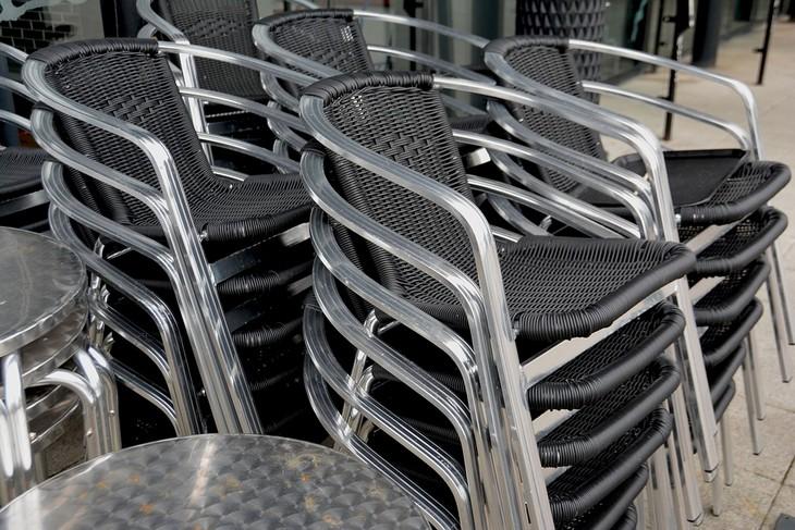 מה משפיע על איכות ה-WiFi: ערימה של כיסאות מתכת