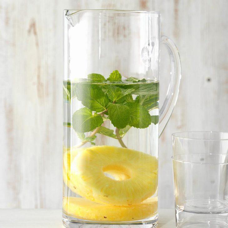 מים בטעמים שאפשר להכין בבית: מי אננס ונענע בקנקן