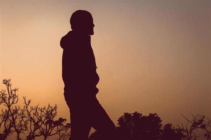 איך להתגבר על הפחד לאכזב אחרים: צללית של איש בטבע בשעת דמדומים