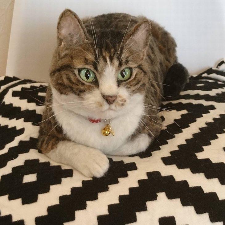 חיות צמר מציאותיות: חתול שוכב על מיטה