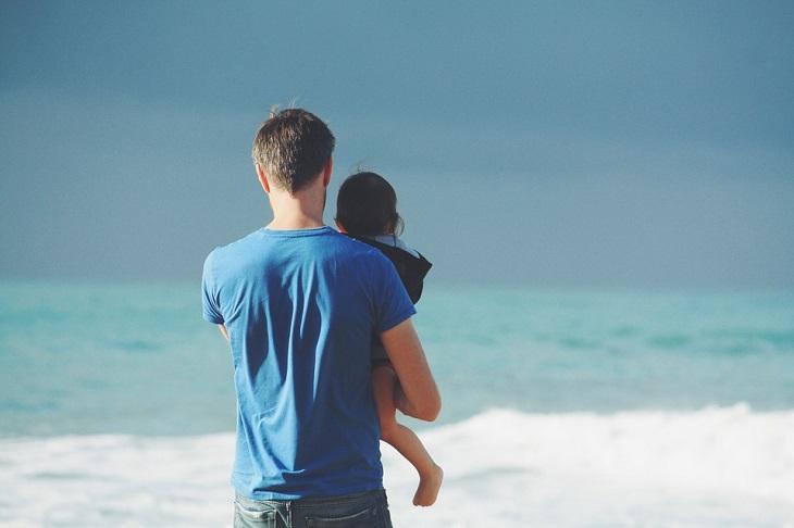 הורות חיובית: אבא ובת בים