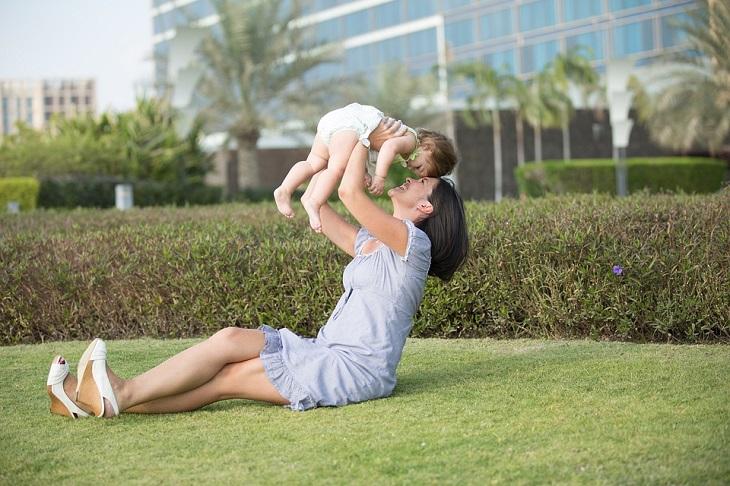 הורות חיובית: אמא ותינוק על דשא