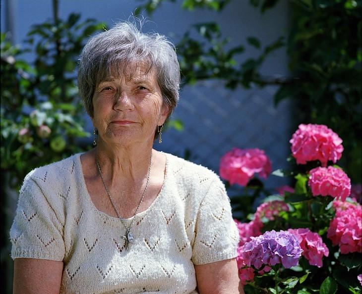 סיפורים של אנשים שעברו טיפולי כימותרפיה: אישה מבוגרת מסתכלת אל המצלמה