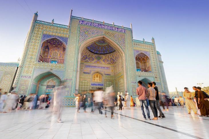 סדרת תמונות של אפגניסטן: אנשים ברחבת מסגד
