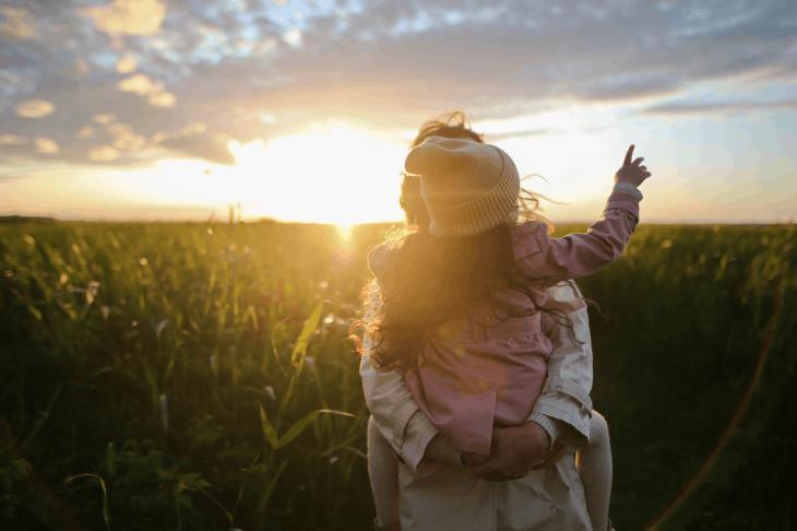 שיחה עם ילדים קטנים: אם ובת בשדה