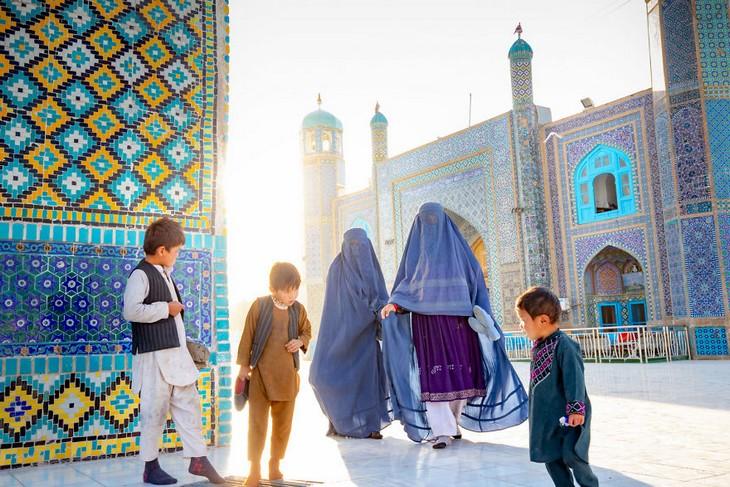 סדרת תמונות של אפגניסטן: נשים וילדים ברחבת מסגד