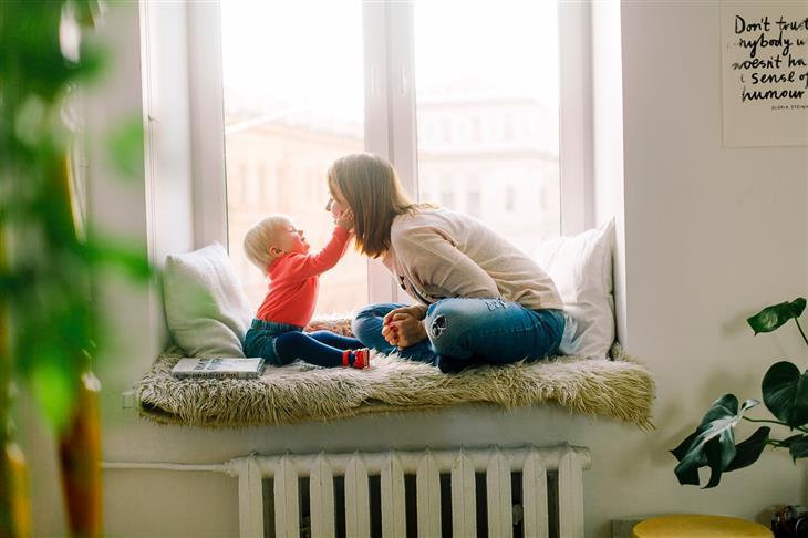 שיחה עם ילדים קטנים: ילד מלטף פנים של אמו