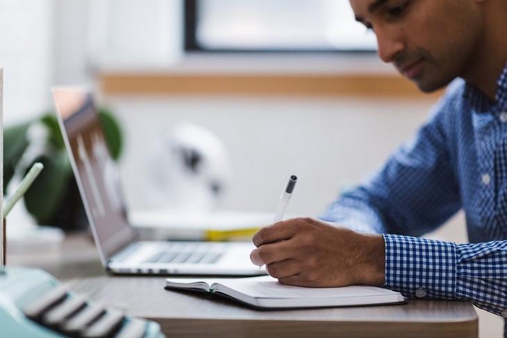 תגליות מדעיות לשמירה על הבריאות: גבר יושב וכותב במחברת