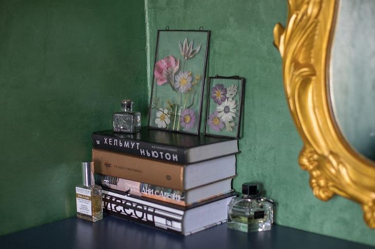 אמנות פרחונית: מסגרת פרחים על כוננית עם ספרים