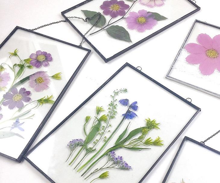 אמנות פרחונית: שלל פרחים סגולים, ורודים וכחולים במסגרת