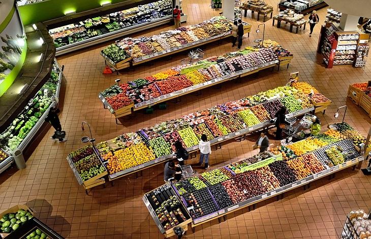 מחירי פירות וירקות: מדפי פירות וירקות בחנות גדולה
