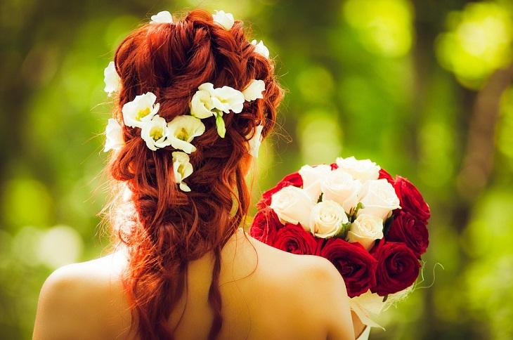 בדיחה על בעל זקן ואישה צעירה: כלה עם שיער אדום