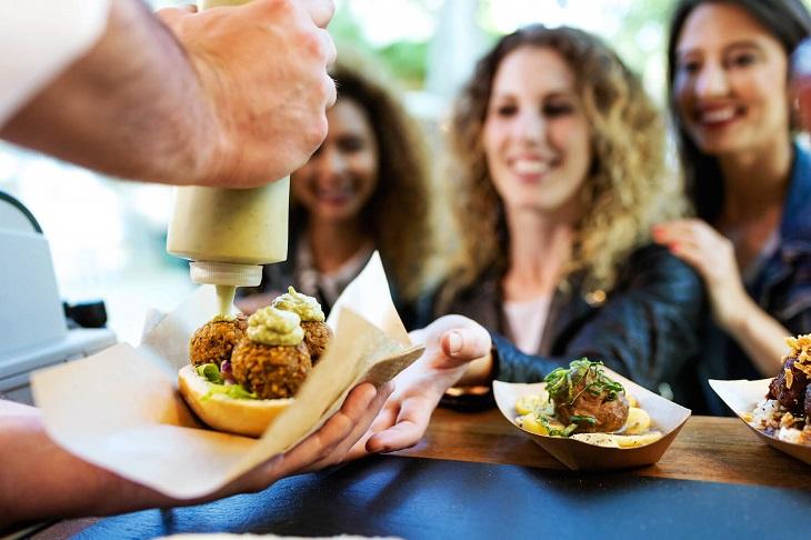 אירועי שטח בקיץ: אנשים אוכלים פלאפל