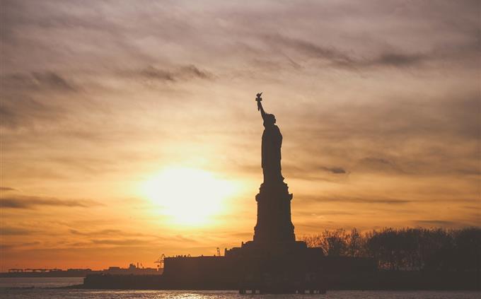 טריוויה: פסל החירות מול שקיעה