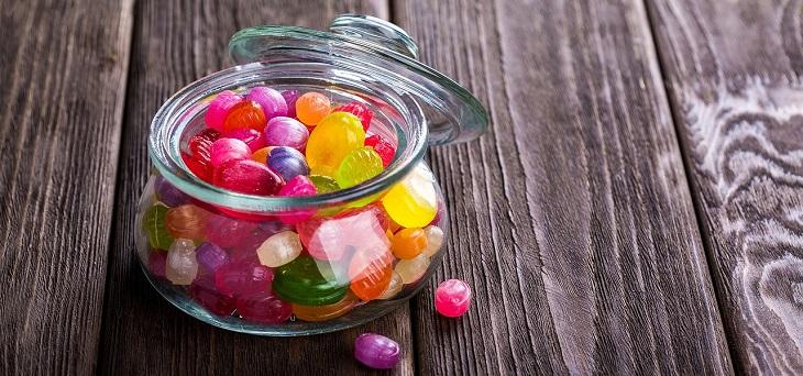 מאכלים שלא כדאי לאכול בזמנים מסוימים של היום: צנצנת סוכריות