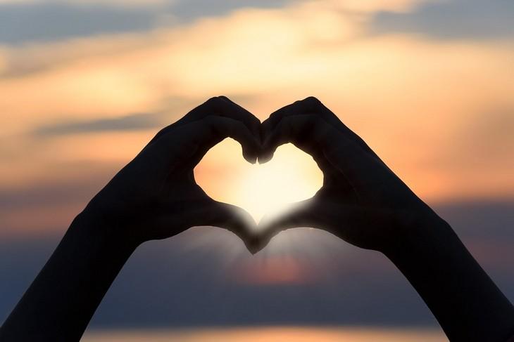 איך לשפר מסוגלות עצמית: ידיים יוצרות את הצורה לב
