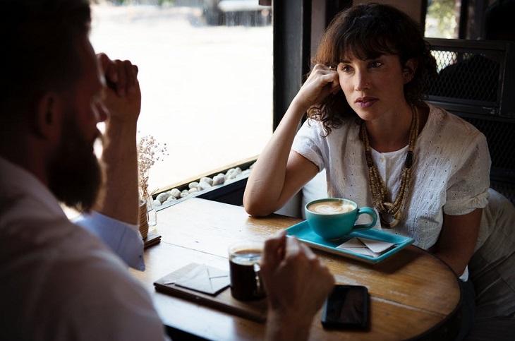 דרכים לשרוד חופשית זוגית: בני זוג מדברים בבית קפה
