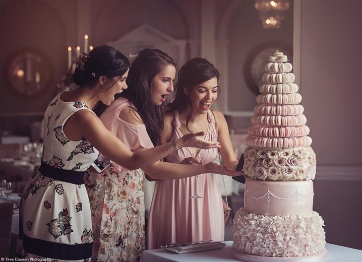 תחרות צילום האוכל פינק ליידי 2019: שלוש נשים מתפעלות מעוגת חתונה