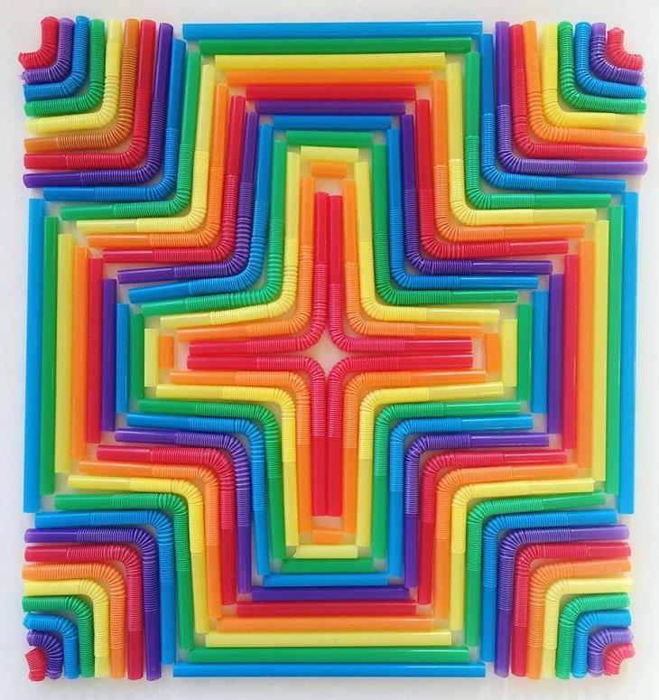 יצירות אמנות צבעוניות מאביזרים ומאוכל: יצירה עשויה מקשיות צבעוניות