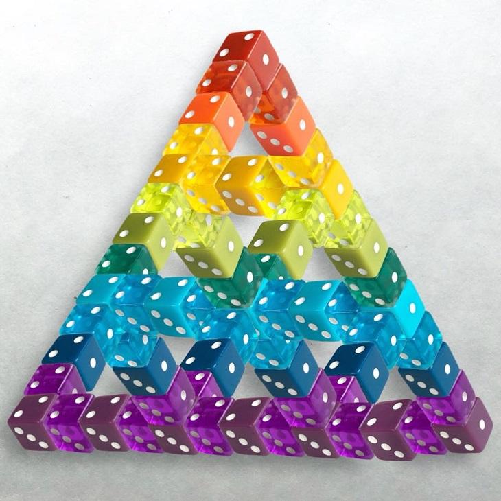 יצירות אמנות צבעוניות מאביזרים ומאוכל: פרמידה עשויה קוביות צבעוניות